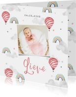 Geboortekaartje meisje wolkjes luchtballon regenboog foto