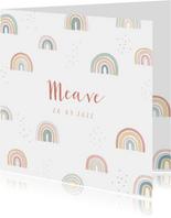 Geboortekaartje met regenboogjes en stipjes