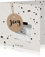 Geboortekaartje papierlook met label en spetters