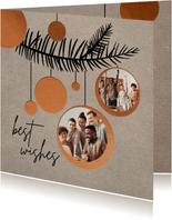 Geschäftliche Weihnachtskarte mit Kugeln und Fotos