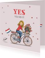 Geslaagd meisje op hippe fiets
