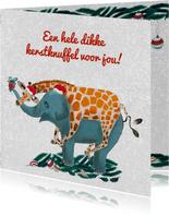 Giraffe knuffelt olifant tijdens kerst