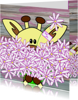 Giraffe met een grote bos bloemen