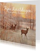 Herten in het winterbos bij ondergaande zon