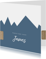 Hip geboortekaartje met blauwe bergen achtergrond