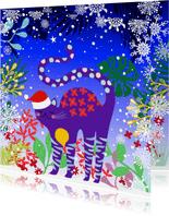 Hippe en vrolijke kerstkaart met kat in de sneeuw