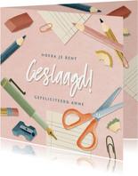 Hippe geslaagd kaart met potloden, papier pennen en schaar