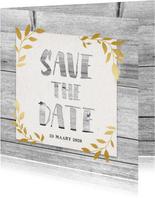 Hippe save the date kaart met hout, papier en gouden takjes