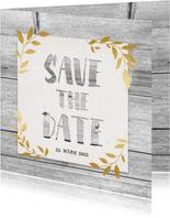 Hippe Save-the-Date-Karte mit Holz und goldenen Blättern