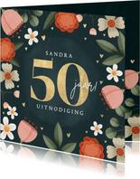 Hippe uitnodiging gouden 50 jaar met bloemenkader en hartjes