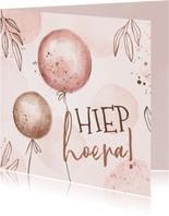 Hippe verjaardagskaart met ballonnen en lijntekening takjes