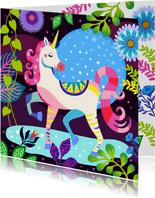 Hippe verjaardagskaart met mooie unicorn in fantasiewereld