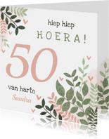 Hippe verjaardagskaart vrouw 50 jaar takjes en hartjes