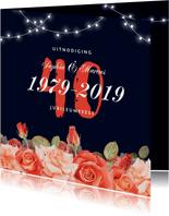 Jubileum uitnodiging stijlvol rood bloemen rozen lampjes
