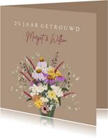 Jubileumkaart bruidspaar boeket vrolijke bloemen