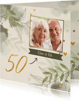 Jubileumkaart foto takjes gouden hartjes en waterverf groen