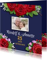 Jubileumkaart rozen op blauwe achtergrond met foto