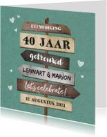 Jubileumkaart uitnodiging houten wegwijzers met hartjes