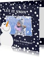 Kerst foto kaart met een schattige sneeuwpop in de sneeuw
