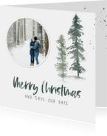 Kerst save the date kaart met waterverf dennenbomen