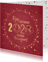 Kerst stijlvolle rode kaart met goudkleurige wereldbol