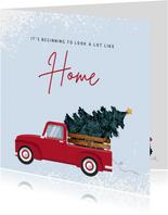 Kerst verhuiskaart met rode pick-up met kerstboom
