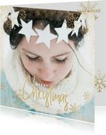 Kerstkaart grote foto, gouden sneeuwvlokken en sneeuw