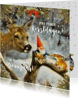 Kerstkaart kabouter voert hert en muis in het winterbos