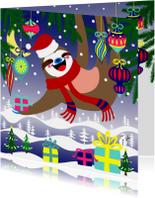 Kerstkaart, luiaard met kerstballen en cadeau's in de sneeuw