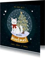 Kerstkaart Merry Woofmas met hondje, kerstboom en sneeuwbol
