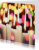Kerstkaart met brandende kaarsen kleurrijke achtergrond
