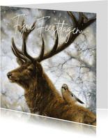 Kerstkaart met hert en Vlaamse gaai in winterbos