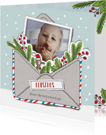 Kerstkaart met kerstkus in een envelop met foto