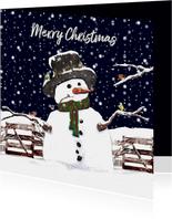 Kerstkaart sneeuwpop in de sneeuw