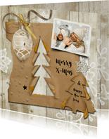 Kerstkaart trendy hout en kraftpapier kerstboompjes