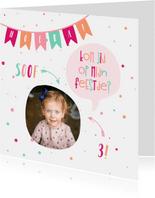 Kinderfeestje kaart met vlaggetjes en spreekwolkje meisje