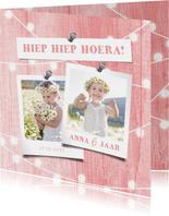 Kinderfeestje uitnodiging houtlook roze lampjes met foto