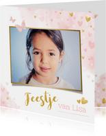 Kinderfeestje uitnodiging meisje met roze en gouden hartjes
