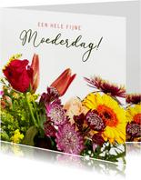 Klassieke moederdagkaart met een foto van een fleurig boeket