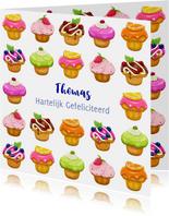 Kleurige verjaardagskaart met lekkere gebakjes voor tiener