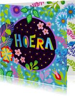 Kleurrijke verjaardagskaart met bloemen en planten
