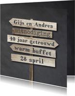 Krijtbord uitnodiging 40 jaar getrouwd - wegwijzers hout