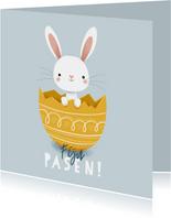 Leuke kaart voor pasen met paashaas in ei