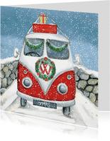 Leuke kerstkaart van een VW busje in de sneeuw