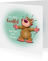 Leuke valentijnskaart grappig beertje die een knuffel geeft