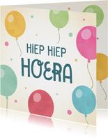 Leuke verjaardagskaart met kleurrijke ballonnen.