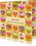 Leuke verjaardagskaart met talrijke heerlijke gebakjes