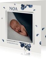 Lief geboortekaartje met blauwe jasmijn bloemen