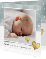 Lief geboortekaartje met blauwe waterverf en gouden hartjes