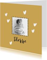 Lief geboortekaartje met foto en okergele achtergrond